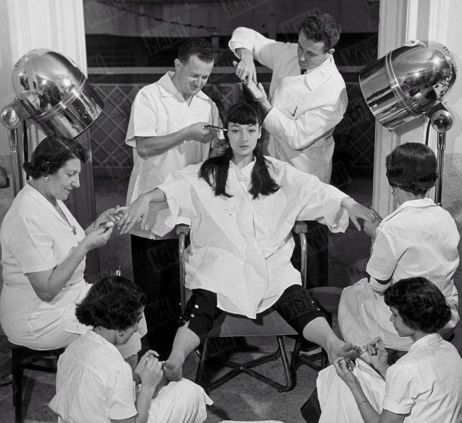 """«Dans un salon de coiffure de Rio de Janeiro, Gréco renonce à ses cheveux longs. Manucures et pédicures achèvent de la transformer en """"vraie"""" parisienne. » - Paris Match n°95, 13 janvier 1951"""