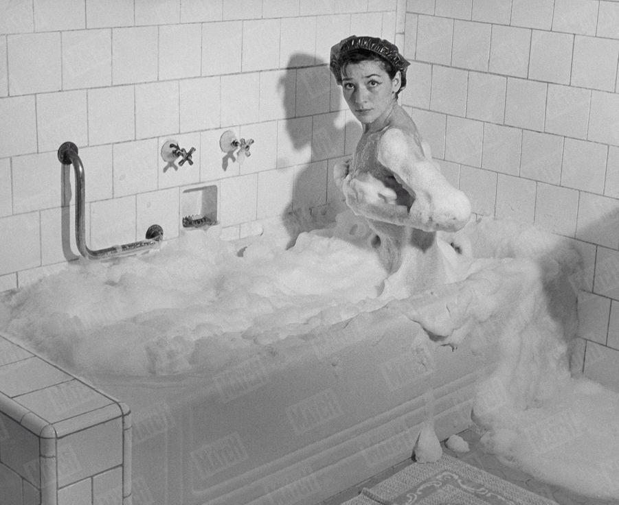«Gréco découvre à Rio la douceur du bain de mousse. » - Paris Match n°95, 13 janvier 1951