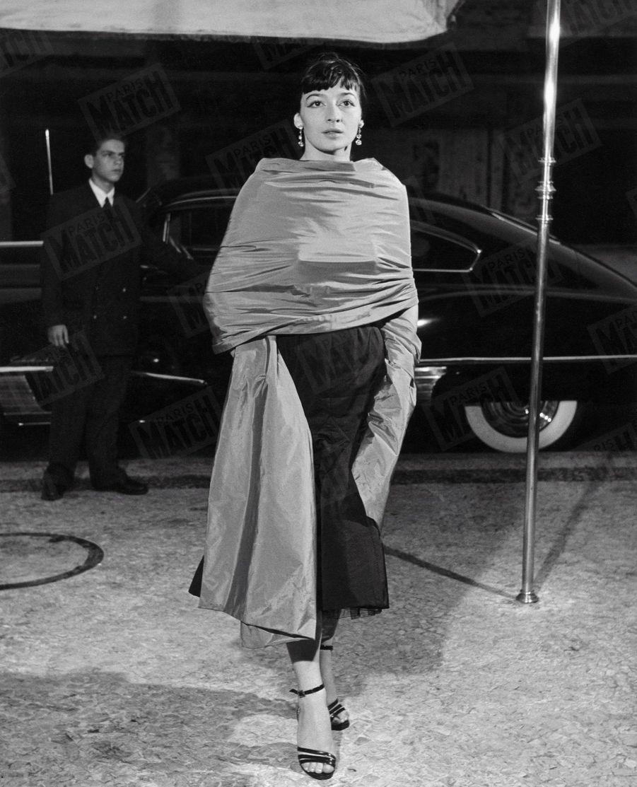 «Comment elle apparaît le soir : Greco a renoncé le soir à tenue de corsaire. A Rio, elle chante en robe de mousseline.» - Paris Match n°95, 13 janvier 1951