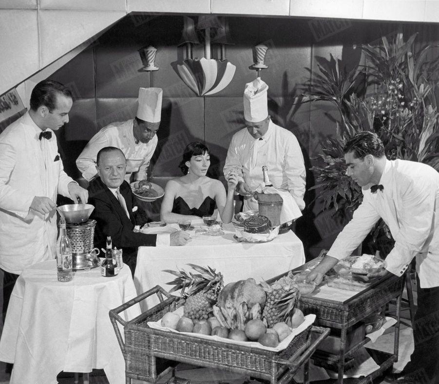 «Comment elle découvre le caviar et les ananas : Invitée de l'élégant baron Max von Stuckart, Juliette Gréco goûte pour la première fois de sa vie au caviar et fait connaissance avec les fruits des Tropiques, dans un restaurant au bord de la mer.» - Paris Match n°95, 13 janvier 1951