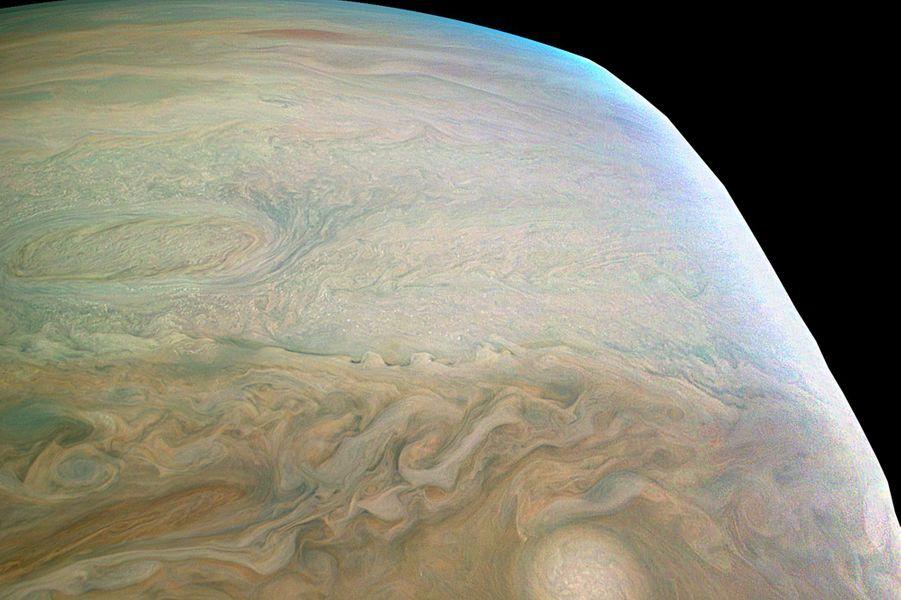 Une immense tempête ovale située dans l'hémisphère Sud de Jupiter.