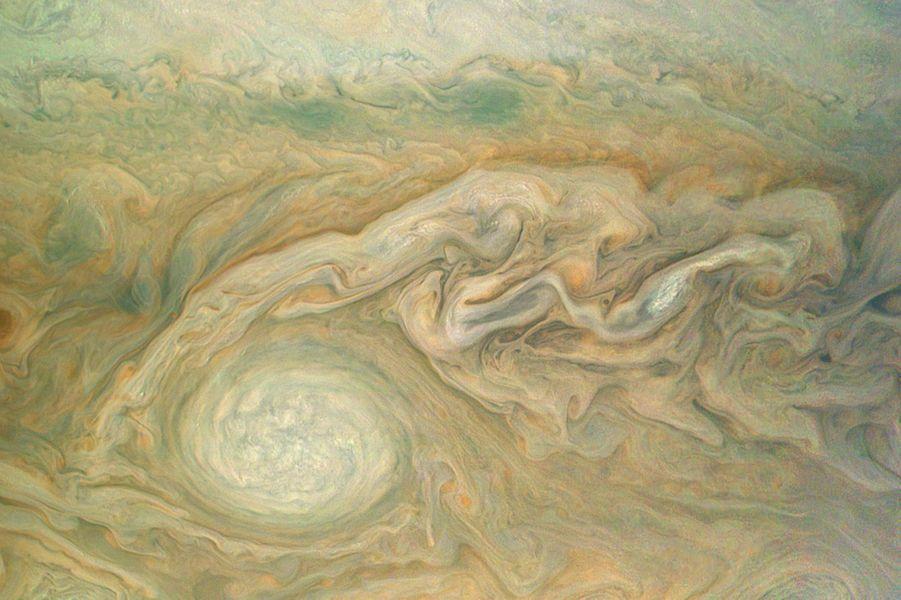 Zoom sur une immense tempête ovale située dans l'hémisphère Sud de Jupiter.
