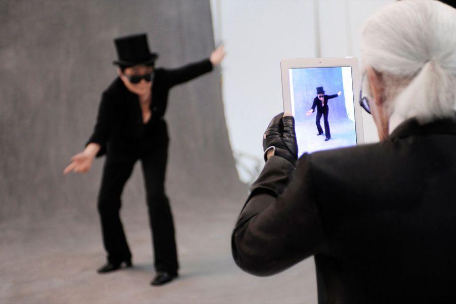 """Yoko Ono danse pour Karl, le 7 août 2011, pour l'exposition """"La petite veste noire de Chanel""""."""