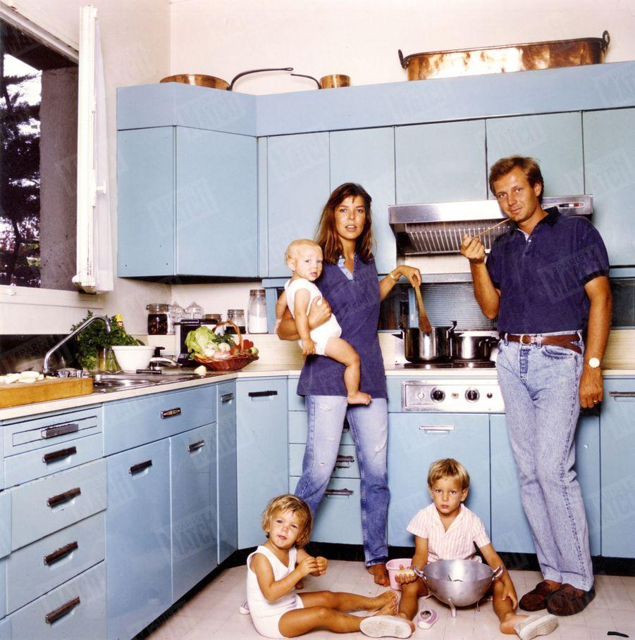 Petit déjeuner chez les Casiraghi à Roc Agel, avec Pierre, Andrea et Charlotte en juillet 1988.