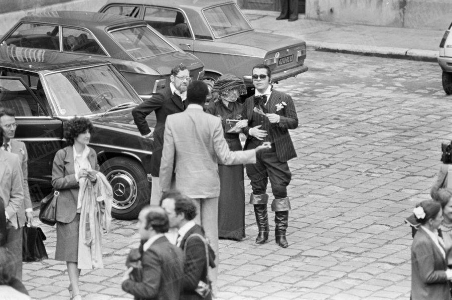Karl Lagerfeld arrivant au mariage de la créatrice Paloma Picasso et de l'auteur dramatique argentin Rafael Lopez Sanchez à la mairie du 7ème arrondissement de Paris, le 5 mai 1978.