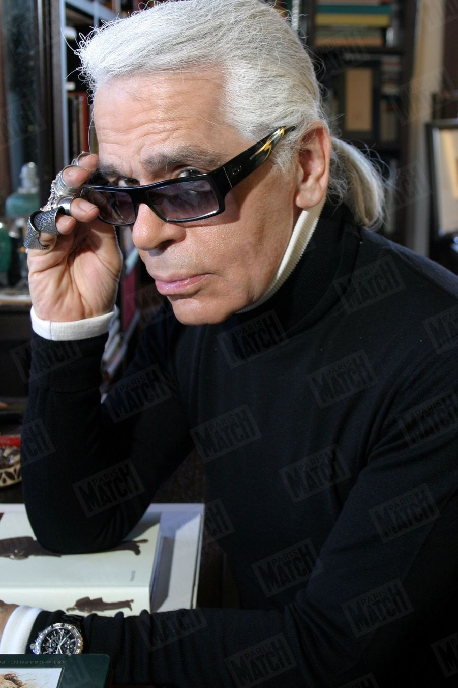 Karl Lagerfeld dans sa villa de Biarritz, le 28 octobre 2004.