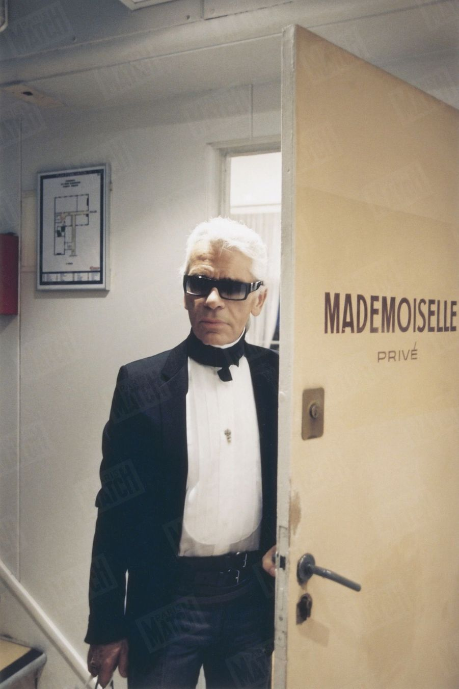 Karl Lagerfeld, rue Cambon, siège de la maison Chanel, en novembre 2002.