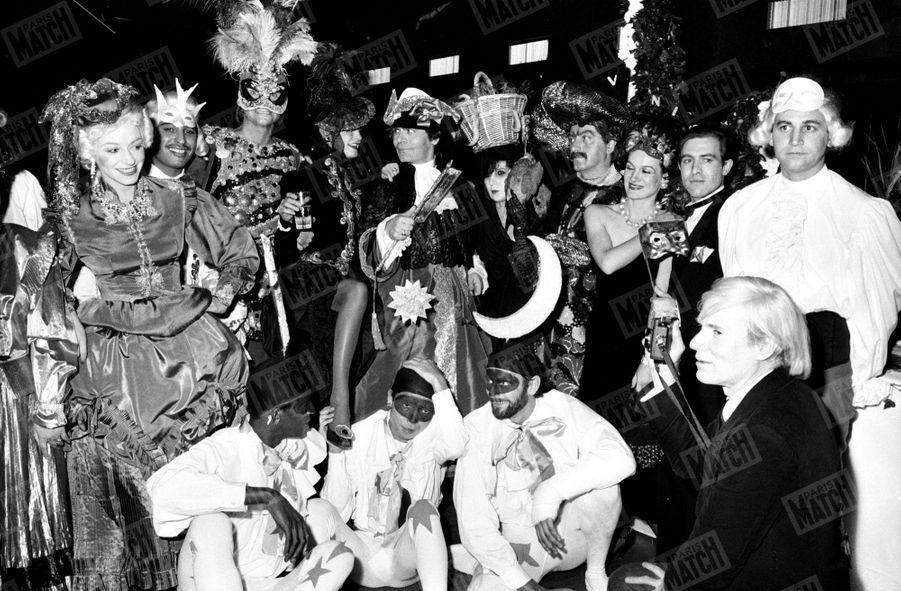 """Karl Lagerfeld, à la soirée """"La folle nuit vénitienne"""" organisée par ses soins au """"Palace"""" à Paris le 26 octobre 1978, avec Andy Warhol, Loulou de la Falaise, Paco Rabanne, Paloma Picasso..."""