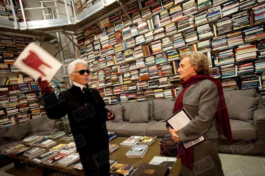 Karl Lagerfeld reçoit Bernadette Chirac dans la bibliothèque de sa maison de la rue de Lille, à Paris, samedi 28 novembre 2009.