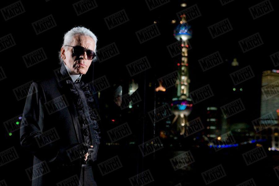 Karl Lagerfeld présente la collection Automne-Hiver 2010-2011 de Chanel, à l'occasion de l'ouverture d'une boutique de 480 m² de la marque, à l'hôtel Peninsula de Shanghai, le 6 décembre 2009.