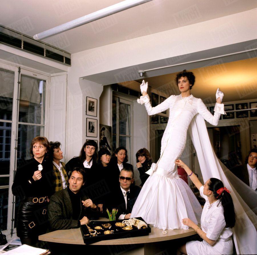 Karl Lagerfeld avec Inès de la Fressange dans la robe de mariée de la Collection été 1989.