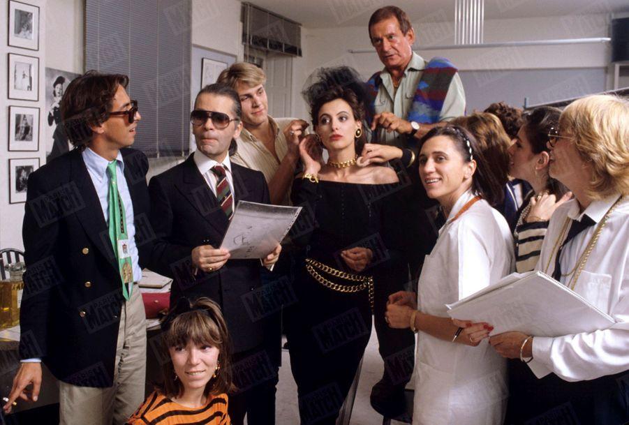 Karl Lagerfeld avec Inès de la Fressange qui, à 26 ans, vient de signer un contrat d'exclusivité de 7 ans avec la maison Chanel, en juillet 1984.