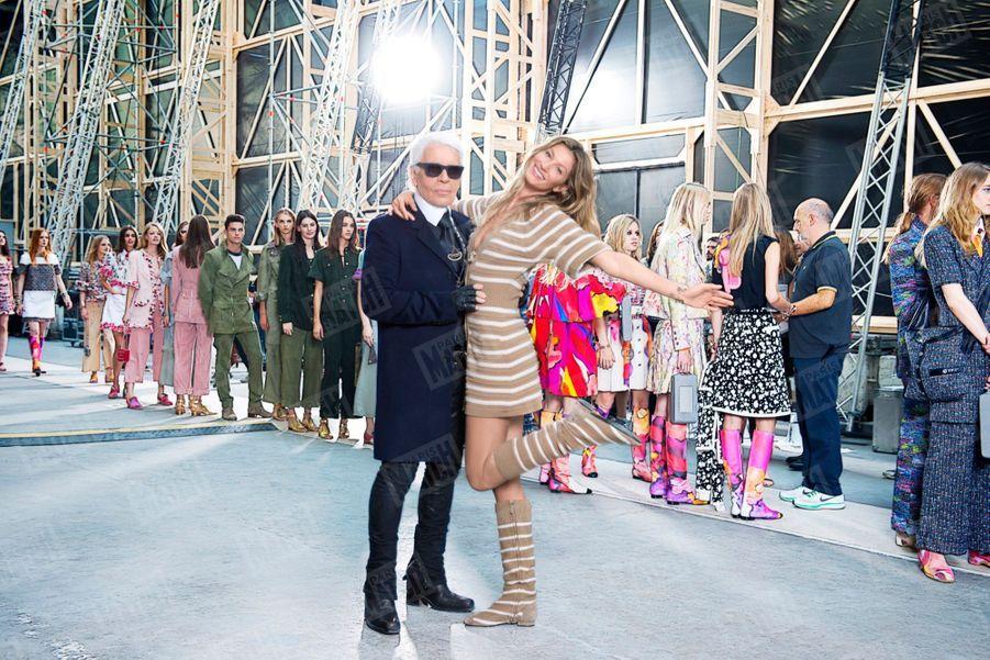 Karl Lagerfeld avec Gisele Bündchen, quelques secondes avant le début du défilé au Grand Palais de la collection de prêt-à-porter Automne-Hiver 2014-2015 de Chanel, mardi 30 septembre 2014.