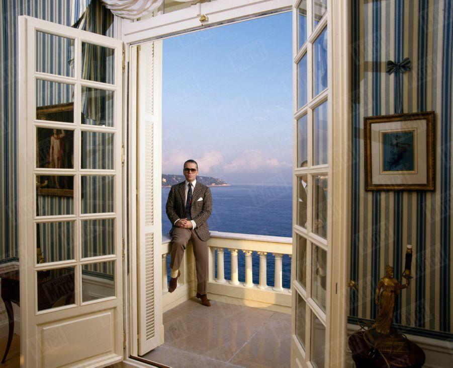 """Karl Lagerfeld, dans sa villa """"L'Amorosa"""", qui surplombe la baie de Monte-Carlo, à Monaco en octobre 1988."""