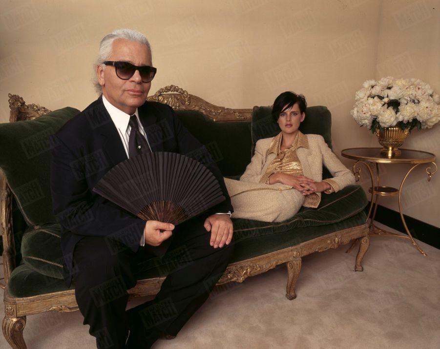 Karl Lagerfeld posant avec Stella Tennant, égérie du prêt-à-porter français de chez Coco Chanel, en juillet 1996, à New York.