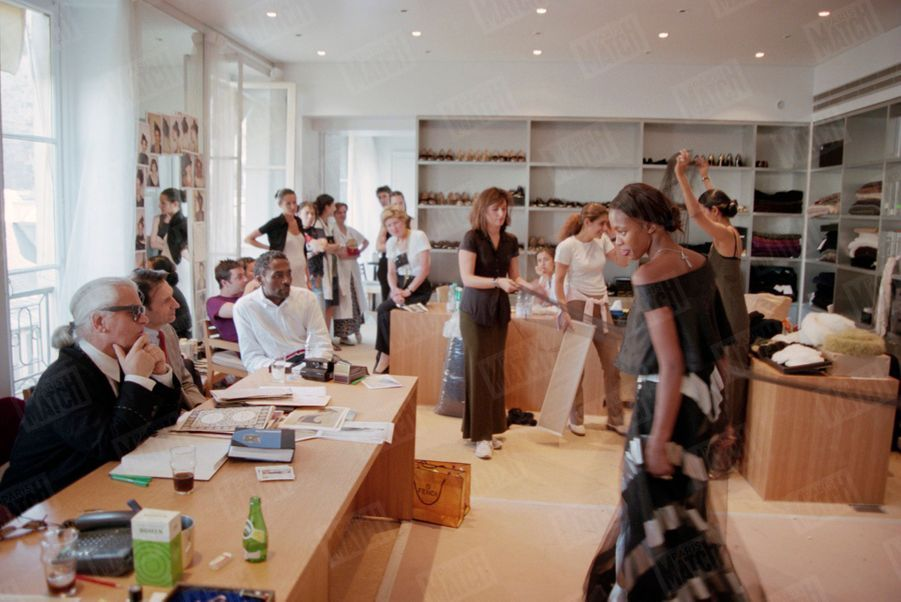 Karl Lagerfeld avec Naomi Campbell lors de la préparation du défilé de la collection Automne-Hiver 1998-1999, dans un bureau des ateliers Chanel en juillet 1998.