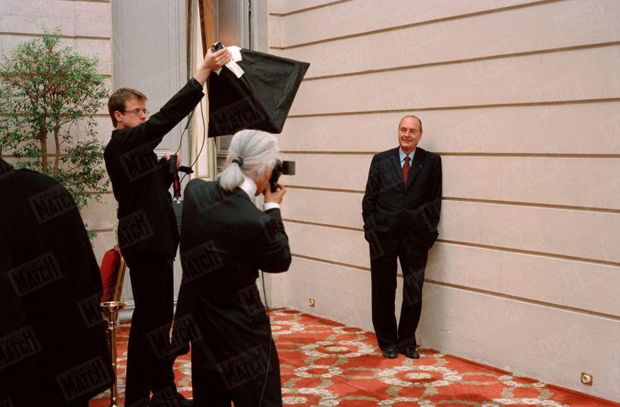 Karl Lagerfeld photographiant Jacques Chirac à l'Elysée, le jour du second tour des élections présidentielles, le 5 mai 2002.