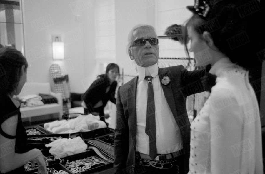 Karl Lagerfeld dans les coulisses du défilé Chanel prêt-à-porter Automne-Hiver 2003 - 2004, le 10 mars 2003.