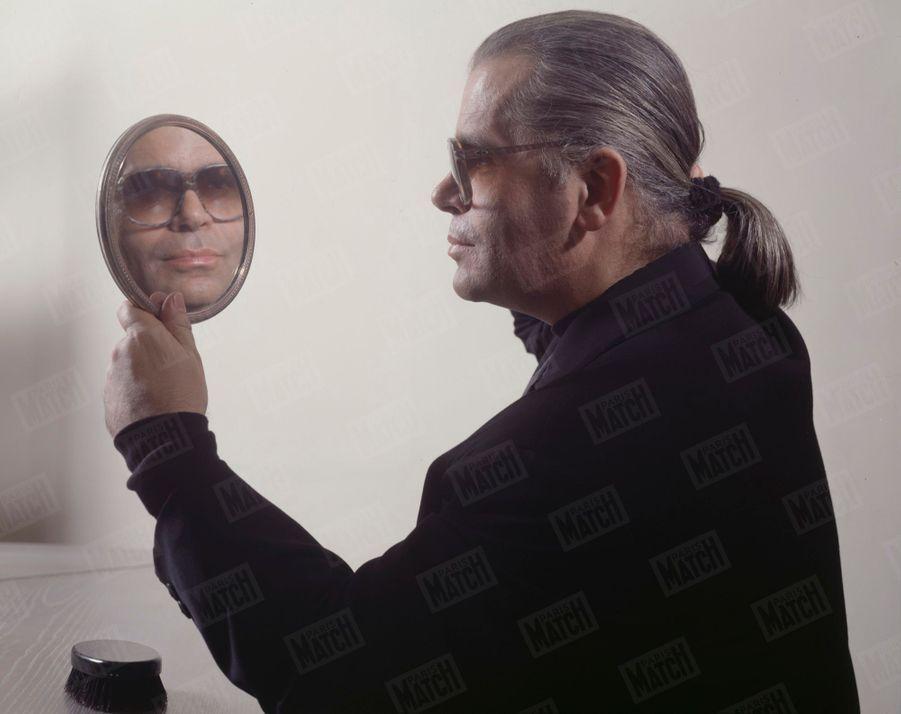Karl Lagerfeld pose pour notre photographe Manuel Litran, le 10 juillet 1982