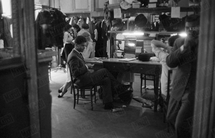 Karl Lagerfeld, jeune couturier, travaillant à l'une de ses premières collections dans son atelier de couture à Paris, le 28 juillet 1959.