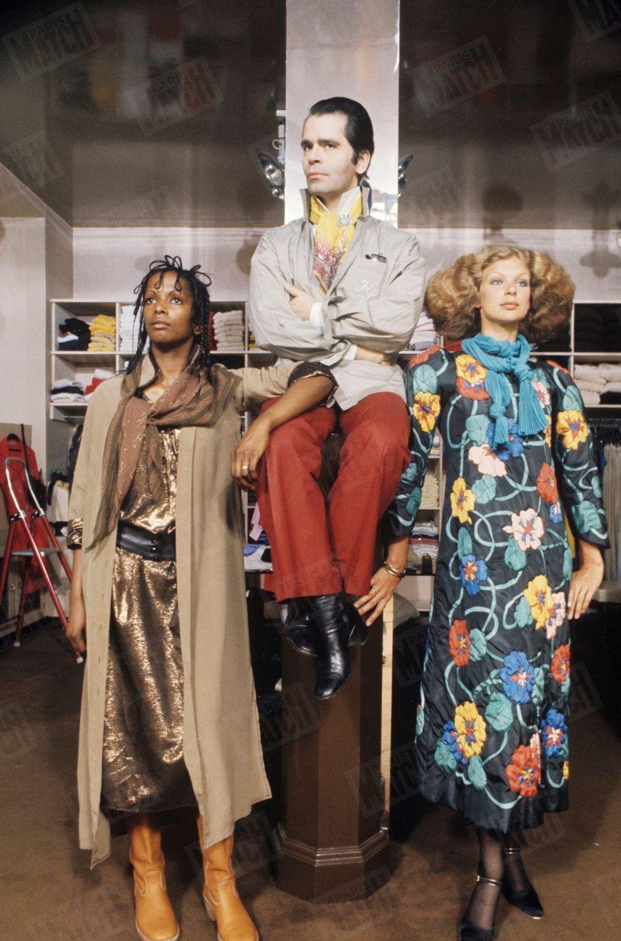 Karl Lagerfeld, styliste de Chloé, présente les modèles d'hiver en juillet 1976.