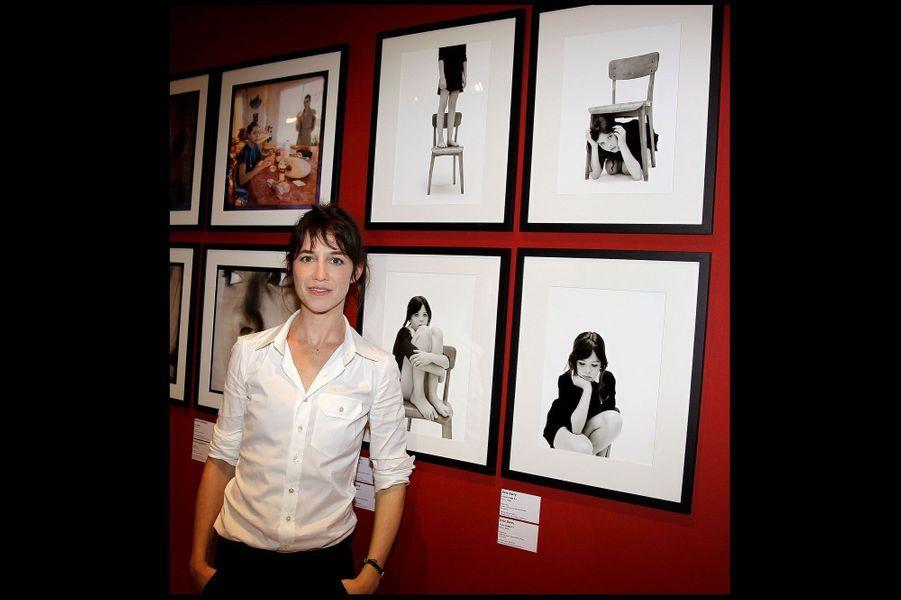 En septembre 2010, Charlotte Gainsbourg pose devant des clichés de Kate exposés au Musée Carnavalet