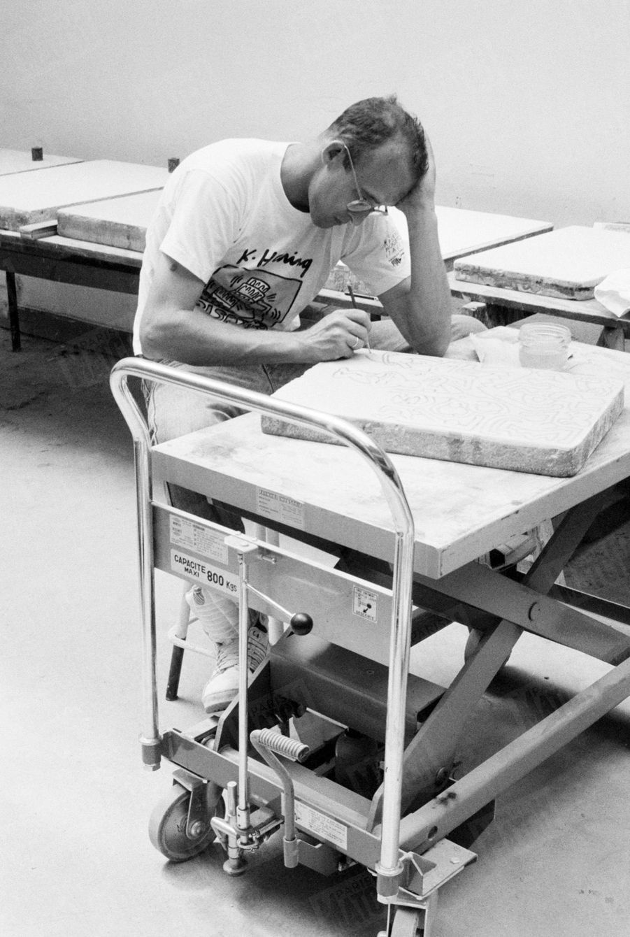 Keith Haring dans son atelier parisien, en juin 1989