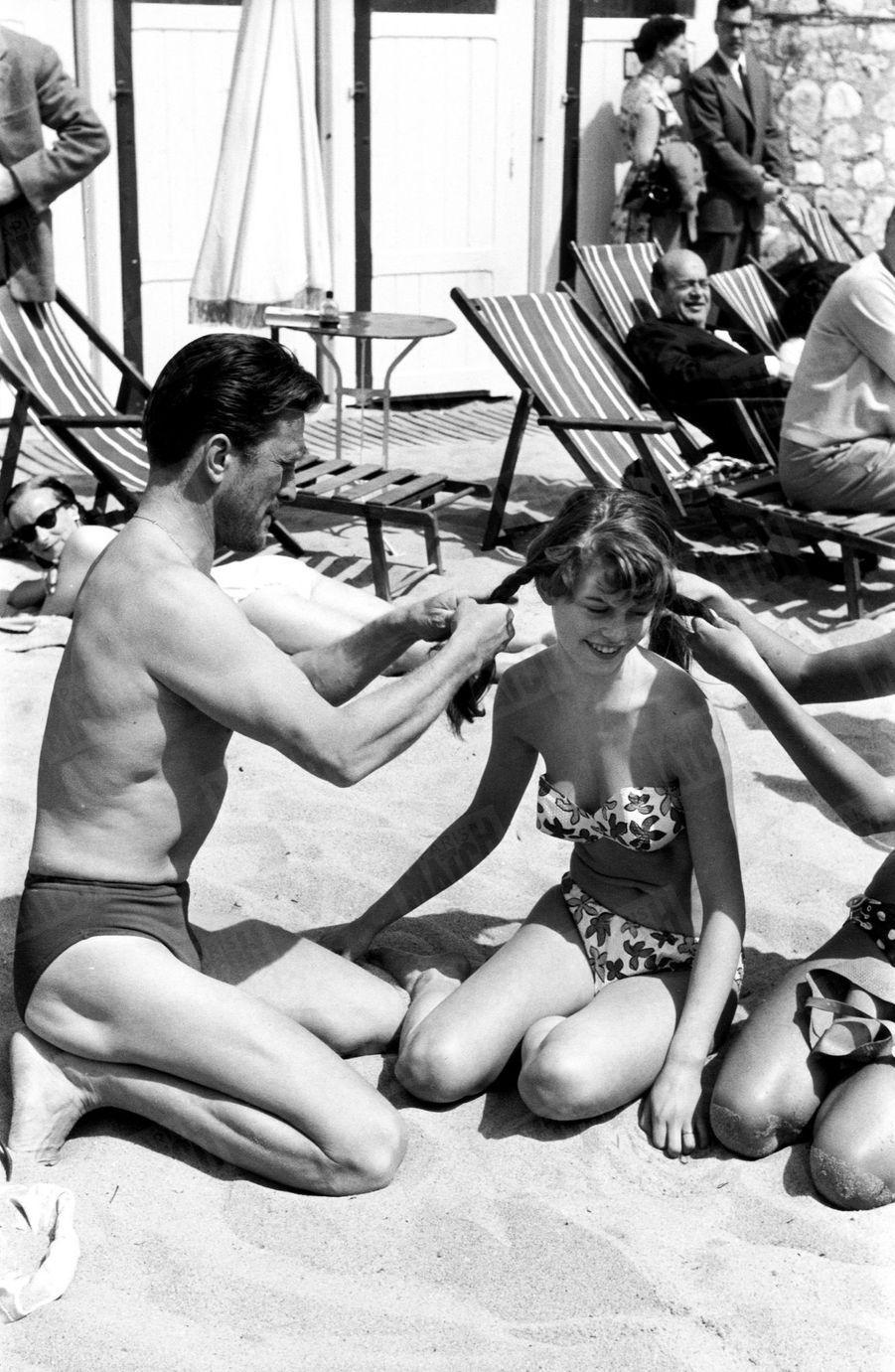 « Avec Brigitte Bardot, Kirk Douglas retrouve sa partenaire de 'Quelque part en Europe', film d'Anatole Litvak. » - Paris Match n°215, 25 avril 1953