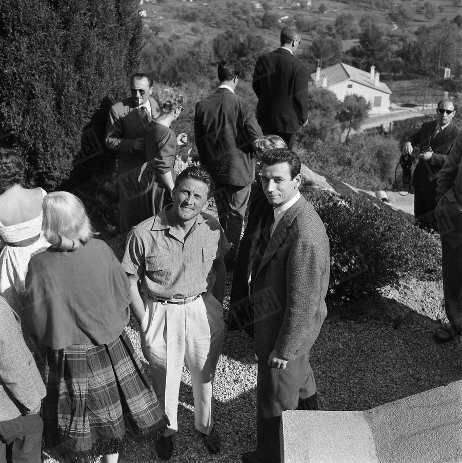 Kirk Douglas en compagnie d'Yves Montand, lors de son premier rendez-vous avec Paris Match, au Festival de Cannes en avril 1953.