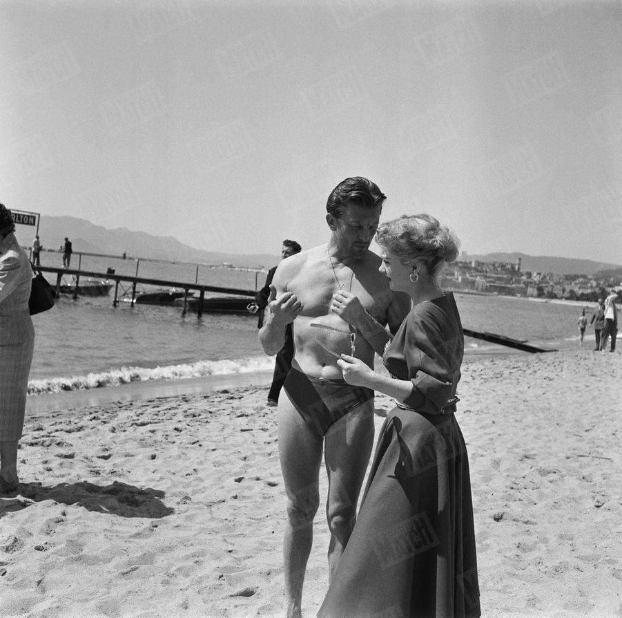 « Avec Anne Baxter, il prend son premier bain. Ancien matelot, il a plongé pour rattraper la barque de Boutemy. » - Paris Match n°215, 25 avril 1953