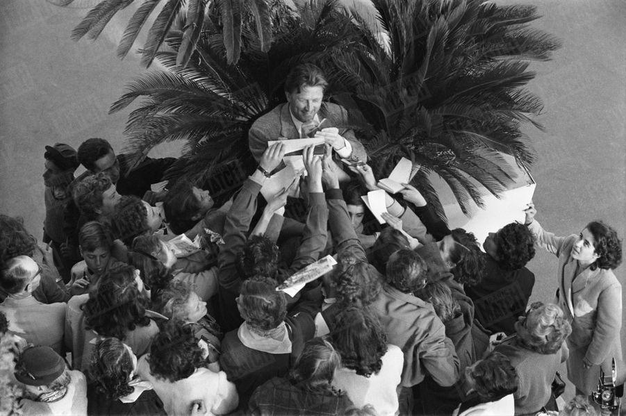 Le premier rendez-vous de Kirk Douglas avec Paris Match, au Festival de Cannes en avril 1953.