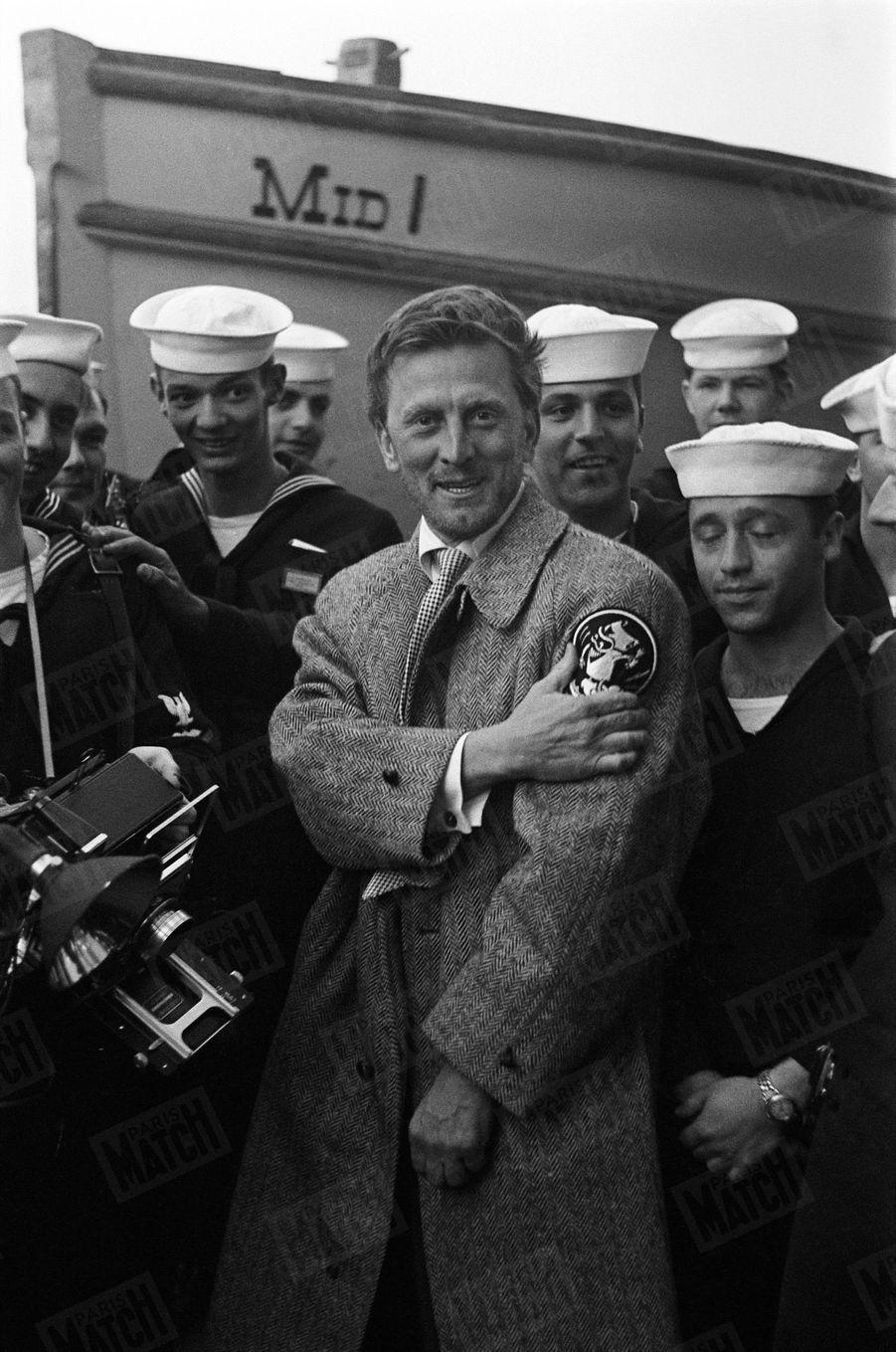 Kirk Douglas en compagnie des matelots du porte-avion américain USS Midway, lors de son premier rendez-vous avec Paris Match, au Festival de Cannes en avril 1953.