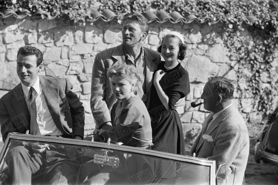 Kirk Douglas en compagnie d'Ann Baxter, Olivia de Havilland et Yves Montand, lors de son premier rendez-vous avec Paris Match, au Festival de Cannes en avril 1953.