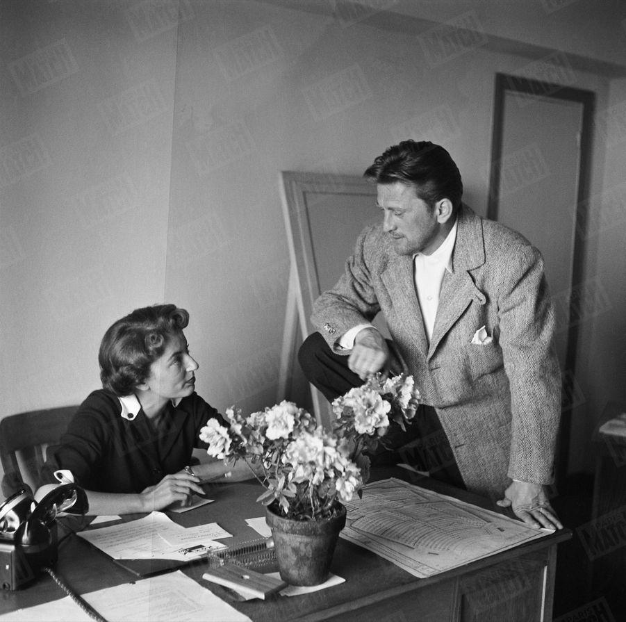 Kirk Douglas rencontre celle qui deviendra son épouse, Anne Buydens, alors secrétaire du délégué général du festival de Cannes, Robert Favre Le Bret, en avril 1953.