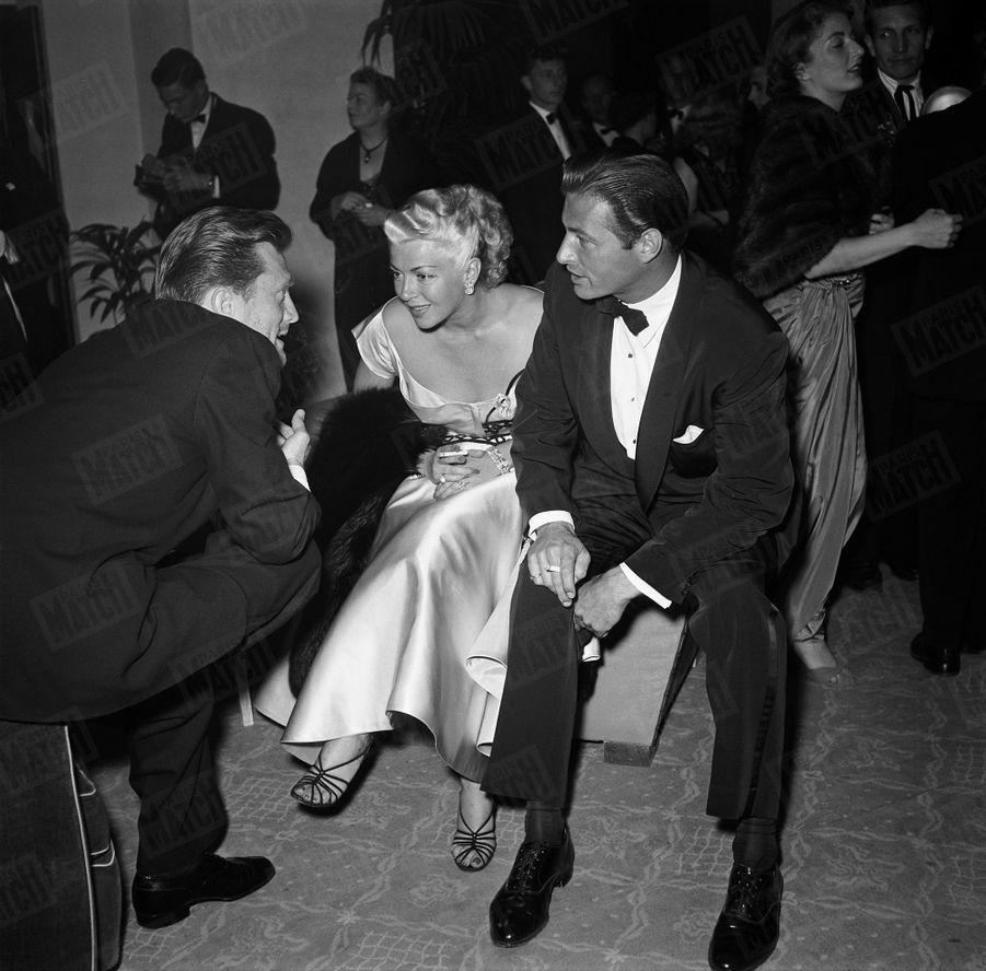 Kirk Douglas en compagnie de Lana Turner et Lex Baxter, lors de son premier rendez-vous avec Paris Match, au Festival de Cannes en avril 1953.