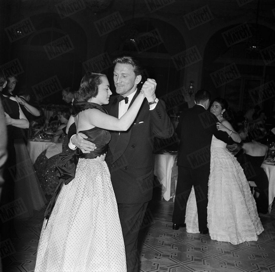 « Avec Olivia de Havilland, il ouvre le bal à la soirée d'inauguration aux Ambassadeurs. Kirk laisse pousser sa barbe pour tourner Ulysse, à Rome, Son grand succès au Festival : son rôle dans Statione Termini, de Vittorio de Sica. » - Paris Match n°215, 25 avril 1953