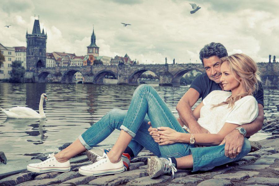 A Prague, Adriana et Aram devant le pont Charles, le rendez-vous de tous les amoureux, au bord de la Vltava.
