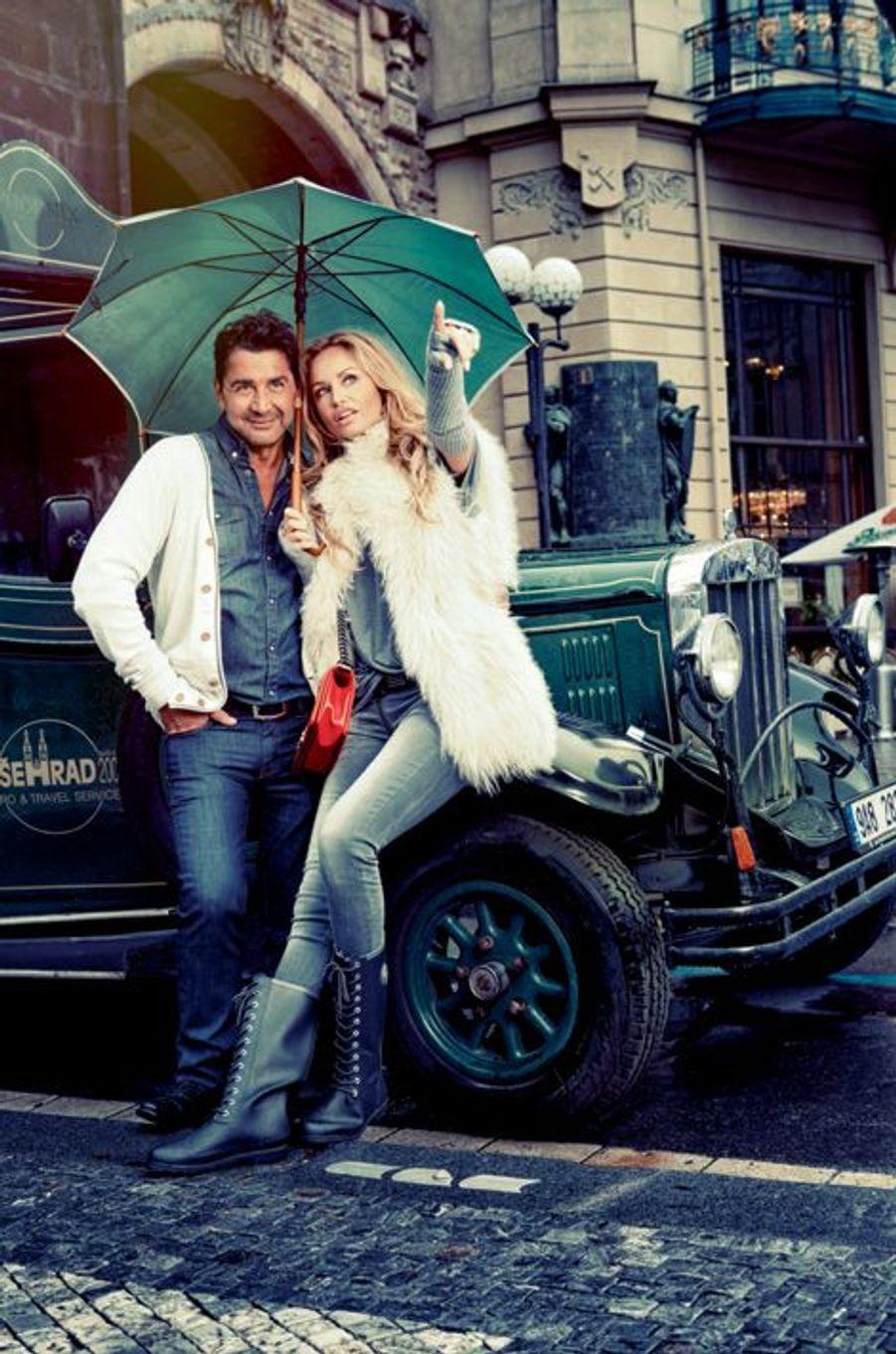 Au pied de la tour Poudrière, adossés à une réplique de voiture d'avant-guerre, Adriana et Aram ne se laissent pas décourager par l'ondée.