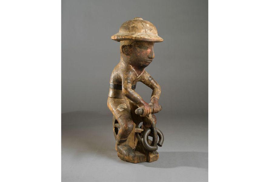Togo, XXe siècle, bois, charge magique en laiton, haut. 43 cm