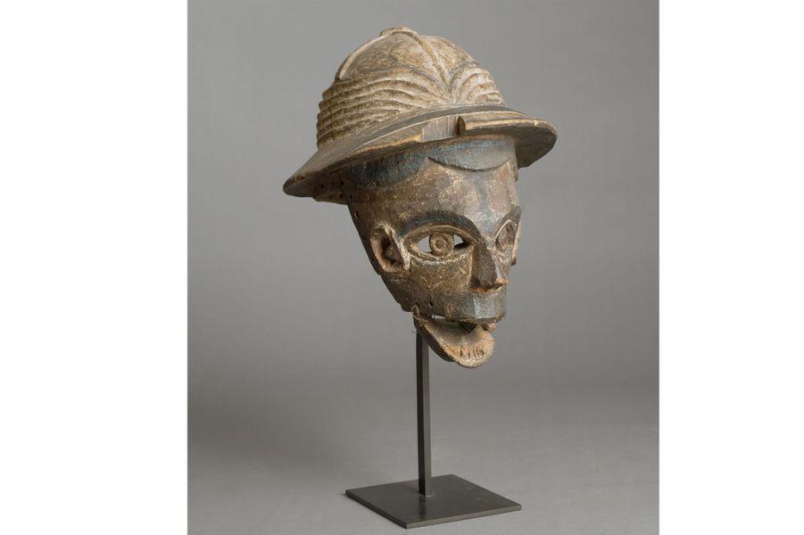 Nigéria, première partie du XXe siècle, bois, fibres, pigments, haut. 37 cm