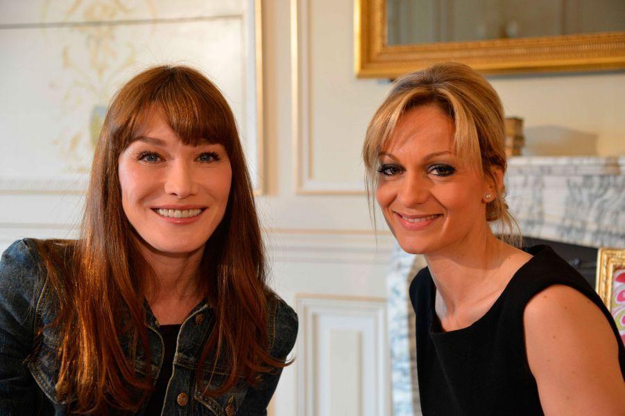 """Carla Bruni-Sarkozy et la journaliste lors de l'émission """"Demain a la Une"""" de LCI"""