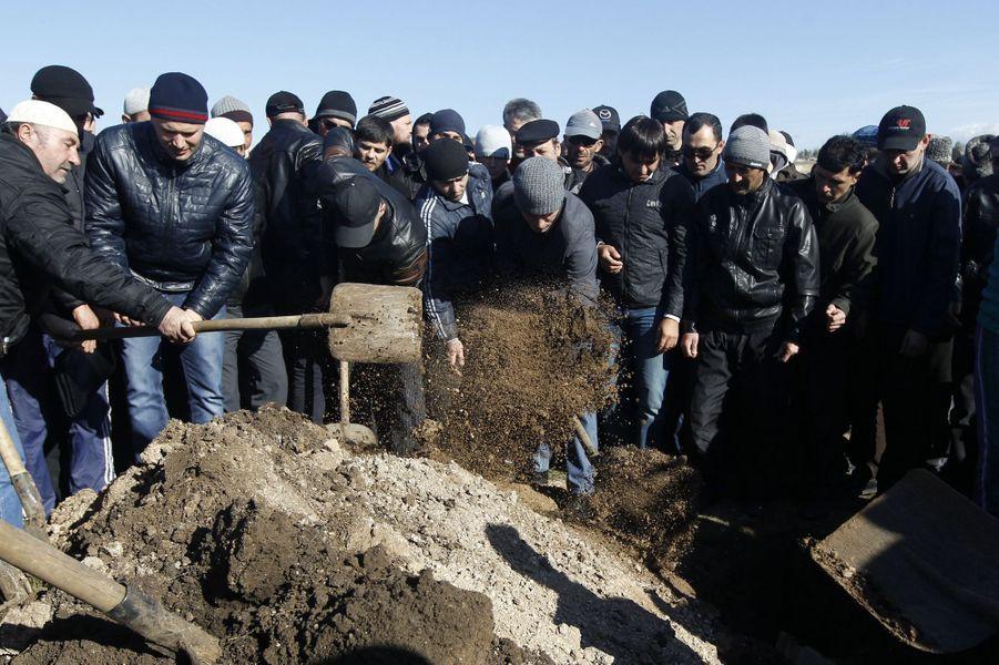 Des Tatars enterrent l'un d'eux, porté disparu le 3 mars dernier, dont le corps a été retrouvé récemment.