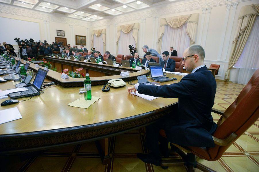 Arseni Iatseniouk en réunion à Kiev