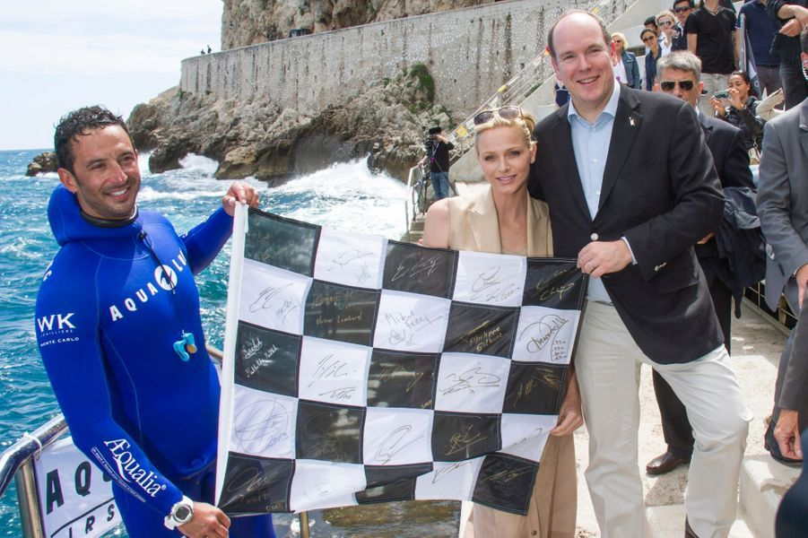 Le champion de plongée Pierre Frolla a été cherché un drapeau à damier à 60 mètres de profondeur et l'a remis au couple princier pour célébrer le départ du Grand Prix.