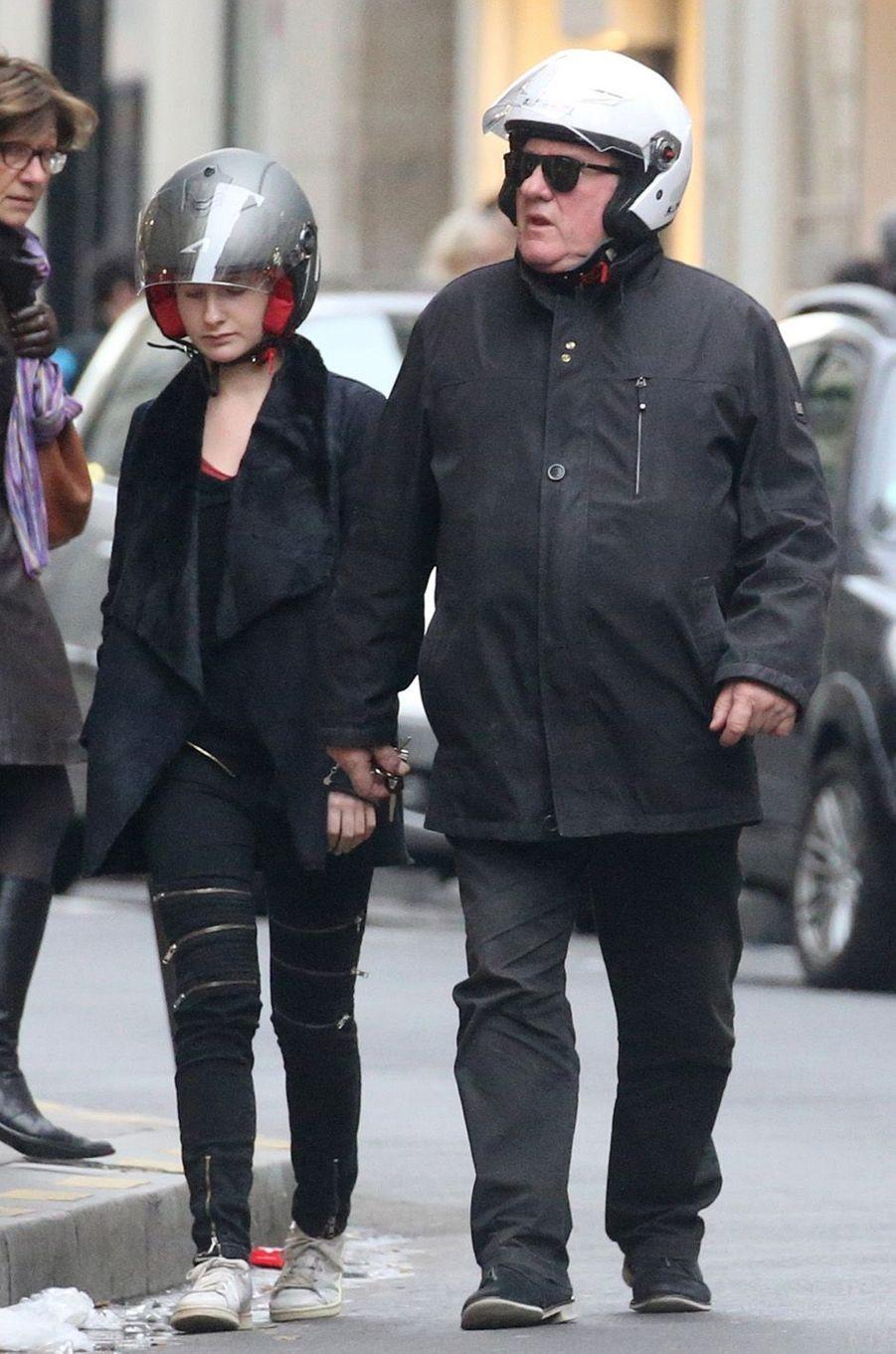 Le 19 décembre 2015 LOuise Depardieu et son grand père Gérad Depardieu se proménent dans les rues de Paris en scooter