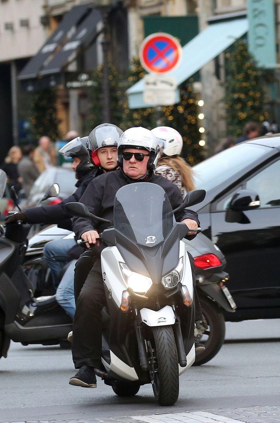 Le 19 décembre 2015 Louise Depardieu et son grand père Gérard Depardieu se proménent dans les rues de Paris en scooter