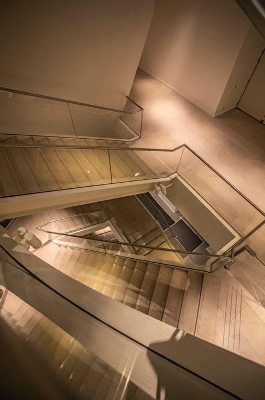 L'escalier panoramique qui se déploie comme un ruban dessert les salles d'exposition et les terrasses.
