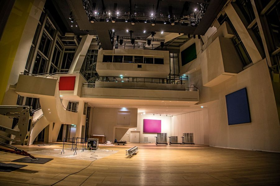 Un auditorium modulable de 360 à 1 000 places. Sur cette photo, les fauteuils sont dissimulés sous le parquet.