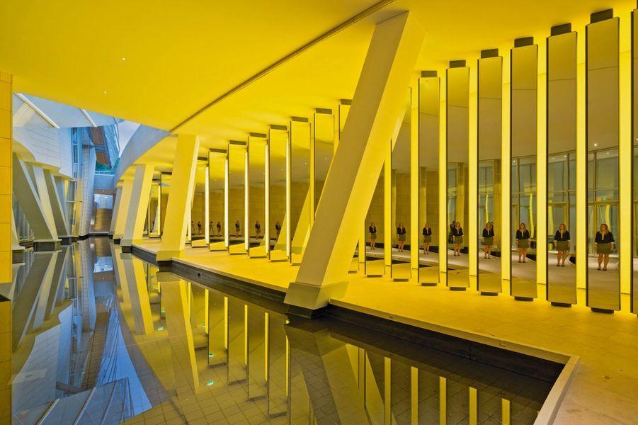 A l'entrée de la fondation, l'installation de l'artiste danois Olafur Eliasson, qui accueille les visiteurs dans un gigantesque jeu de miroirs, est destinée à rester.