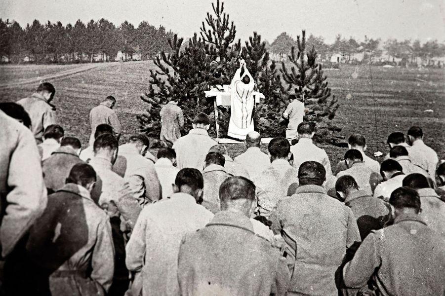 Un prêtre célèbre la messe pour les soldats du front de Champagne.
